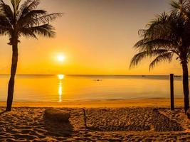 belle plage tropicale au lever du soleil