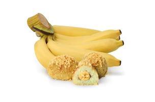 Régime de bananes avec banane frite, ou khao mao tod, sur fond blanc