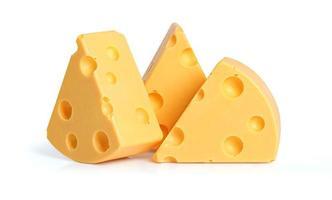 Trois quartiers de fromage jaune avec des trous sur fond blanc