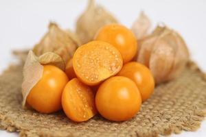 Cape groseille ou goldenberry sur fond blanc photo