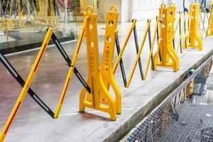 barrière de sécurité pliante en plastique portable jaune photo