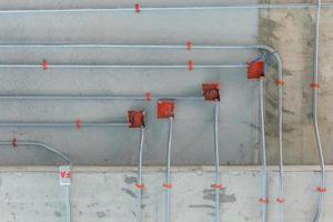 tuyaux en acier pour l'installation du système de distribution électrique photo