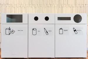 bacs de recyclage et poubelles à l'aéroport photo