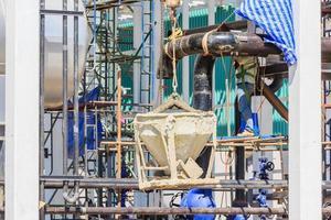 Conteneur de bétonnière de levage de grue sur chantier