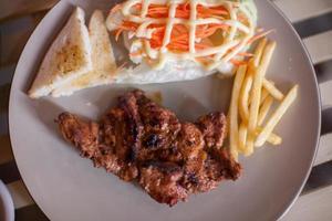 vue de dessus du steak sur une assiette
