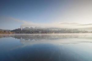 paysage de village brumeux