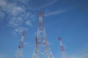 poteau électrique contre le ciel photo