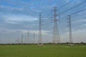 Poteaux électriques contre un ciel bleu photo