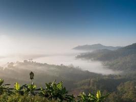 montagnes brumeuses au lever du soleil photo