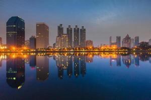 réflexion de paysage urbain sur l'eau