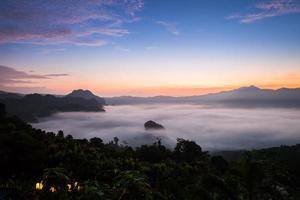 montagnes brumeuses avec un coucher de soleil coloré