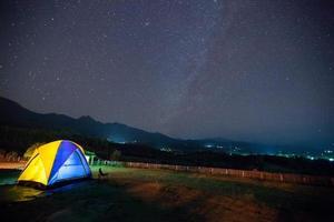 tente colorée et un ciel étoilé photo