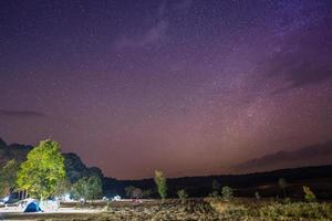 ciel étoilé coloré au-dessus d'un camping photo