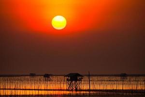 coucher de soleil rouge sur l'océan