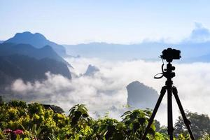 caméra donnant sur un paysage brumeux photo