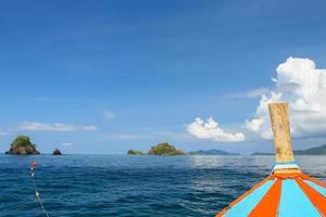 vue sur l'eau depuis un bateau photo