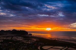 coucher de soleil sur la plage colorée