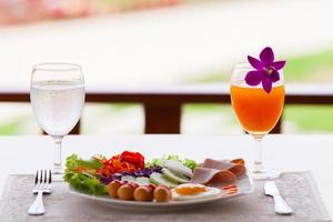 petit déjeuner sur une table à l'extérieur photo