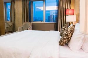 chambre d'hôtel avec un lit blanc