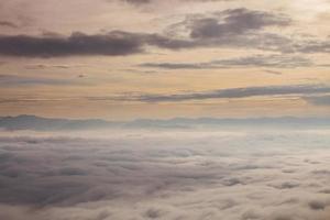 vue aérienne d'un groupe de nuages au coucher du soleil
