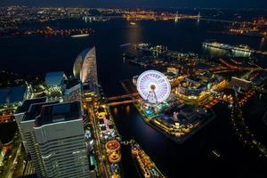 Kanagawa, Japon, 2020 - vue aérienne d'un parc d'attractions la nuit