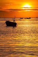 silhouettes de bateaux au coucher du soleil