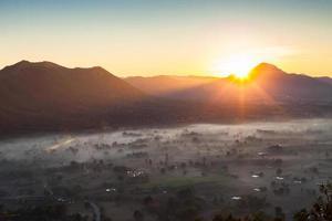 lever du soleil sur une ville brumeuse