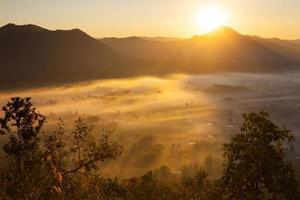 heure d'or sur un paysage brumeux