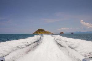 sentier de hors-bord dans l'eau photo