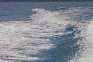 vagues blanches et océan bleu photo