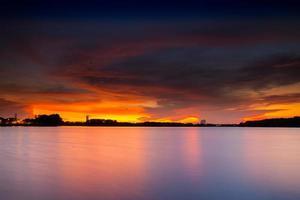 réflexion du coucher du soleil sur l'eau photo