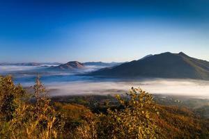 lever du soleil au-dessus des montagnes avec du brouillard