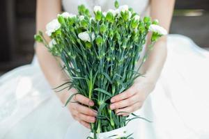 mariée tenant des fleurs