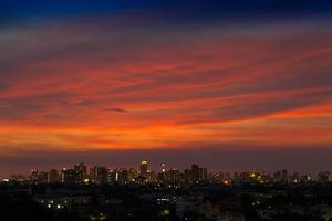 nuages de coucher de soleil colorés sur une ville