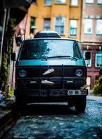 Old hippy van garé sur la rue pavée