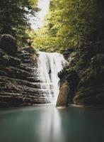 cascade dans la forêt photo