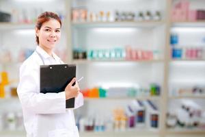 femme médecin avec un presse-papiers