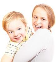 mère et fils sur fond blanc photo