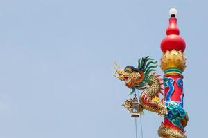 statue de pilier d'un dragon en thaïlande photo