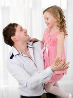père tenant sa fille photo