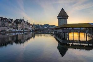Centre-ville de Lucerne avec pont de la chapelle et le lac des Quatre-Cantons, Suisse