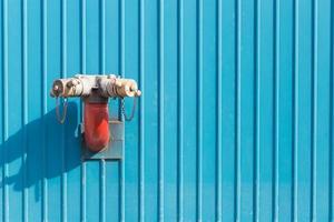 tuyau d'arrosage rouge sur le mur photo