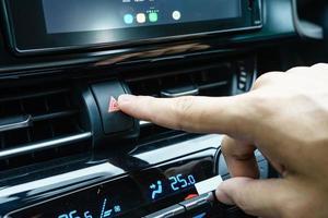 Gros plan d'un doigt en appuyant sur le bouton d'arrêt d'urgence dans une voiture photo