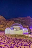 Étoiles au-dessus des tentes de dôme martien dans le désert de Wadi Rum, Jordanie