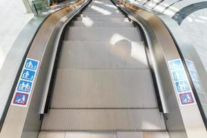escalator dans le centre commercial communautaire photo