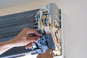 technicien réparant le climatiseur