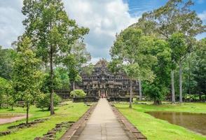 vue sur le temple baphuon, angkor thom, siem reap, cambodge
