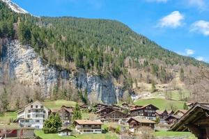 Chalets traditionnels dans la vallée de Lauterbrunnen, Berner Oberland, Suisse photo