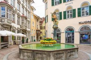 Fontaine sur la place Fronwagplatz à Schaffhouse, Suisse photo