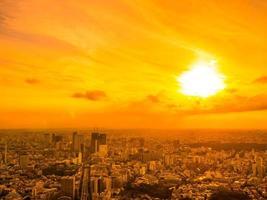 Vue aérienne de la ville de tokyo au coucher du soleil photo